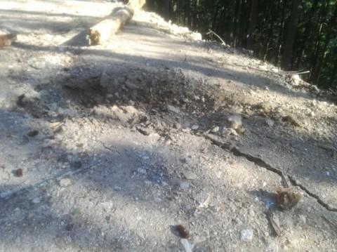 Schock: Erst Baum, dann Felsbrocken im Anmarsch.